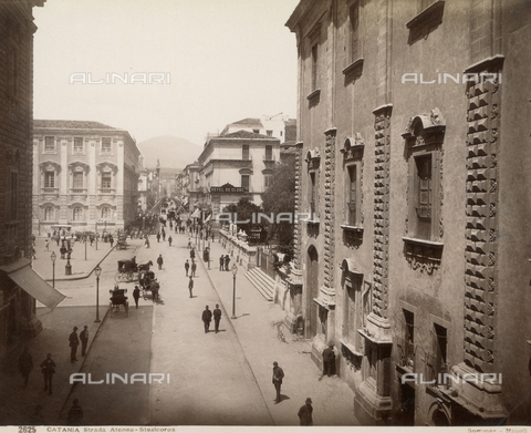 """AVQ-A-000424-0070 - """"Catania - Strada Atenea-Stesicorea"""" - Data dello scatto: 1880 ca. - Archivi Alinari, Firenze"""