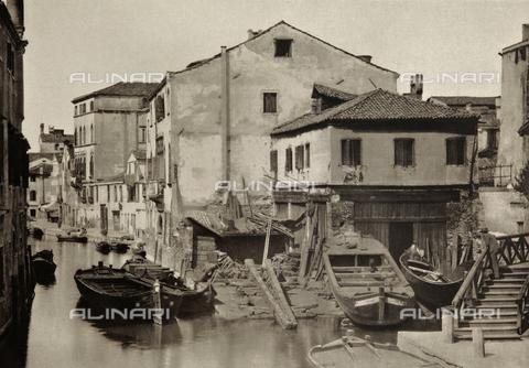 AVQ-A-000427-0012 - Veduta animata di uno squero presso Rio della Bottesella, a Venezia - Data dello scatto: 1890-1895 - Raccolte Museali Fratelli Alinari (RMFA), Firenze