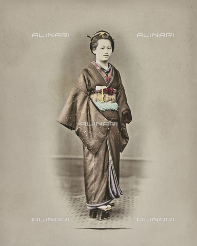 AVQ-A-000433-0043 - Young japanese woman in traditional clothes - Data dello scatto: 1868 - 1877 - Archivi Alinari, Firenze