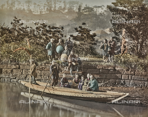 AVQ-A-000433-0044 - A group of Japanese with a typical wooden boat - Data dello scatto: 1868 - 1877 - Archivi Alinari, Firenze