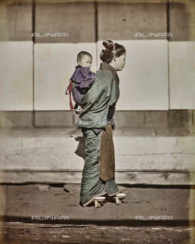 AVQ-A-000433-0049 - Japanese woman carrying her son on her shoulders - Data dello scatto: 1868 - 1877 - Archivi Alinari, Firenze