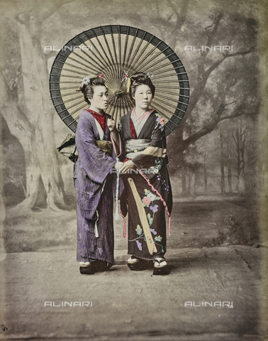 AVQ-A-000433-0053 - Two Japanese women in traditional clothes with a paper umbrella - Data dello scatto: 1868 - 1877 - Archivi Alinari, Firenze