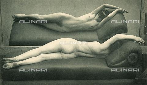 AVQ-A-000438-0040 - Nudo femminile disteso su dormese davanti ad uno specchio - Data dello scatto: 1925 ca. - Archivi Alinari, Firenze