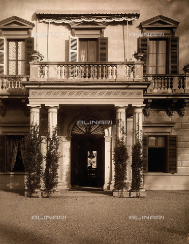 AVQ-A-000443-0002 - Entrance of Villa Zina, former Villa Giulia in Bellagio on the Lake Como. The neoclassical villa was built by the count Pietro Venini - Data dello scatto: 1915 ca. - Archivi Alinari, Firenze