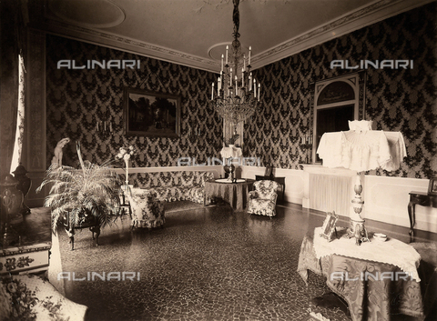 AVQ-A-000443-0014 - A room of Villa Zina, former Villa Giulia in Bellagio on the Lake Como. - Data dello scatto: 1915 ca. - Archivi Alinari, Firenze