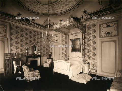 AVQ-A-000443-0019 - A bedroom in Villa Zina, former Villa Giulia in Bellagio on the Lake Como. - Data dello scatto: 1915 ca. - Archivi Alinari, Firenze