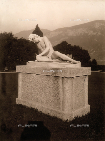 AVQ-A-000443-0023 - A copy of Galata dying, statue located in the park of Villa Zina, former Villa Giulia in Bellagio on Lake Como. - Data dello scatto: 1915 ca. - Archivi Alinari, Firenze