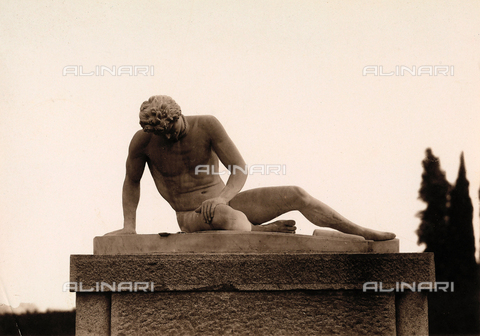 AVQ-A-000443-0024 - A copy of Galata dying, statue located in the park of Villa Zina, former Villa Giulia in Bellagio on Lake Como. - Data dello scatto: 1915 ca. - Archivi Alinari, Firenze