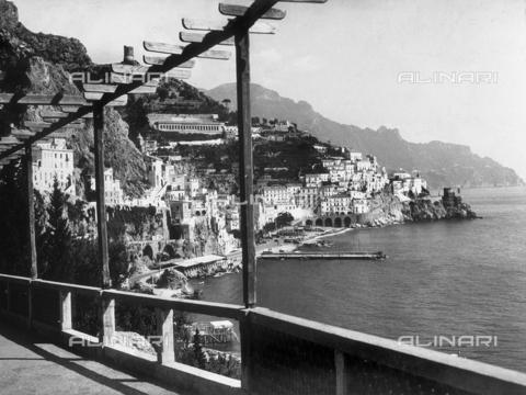 """AVQ-A-000464-0003 - Panorama of the city of Amalfi on the occasion of the """"Regata delle antiche Repubbliche Marinare"""" held in Amalfi in 1957 - Data dello scatto: 1957 - Archivi Alinari, Firenze"""