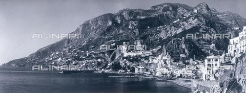 """AVQ-A-000464-0016 - Panoramic view of the Amalfi coast on the occasion of the """"Regata delle antiche Repubbliche Marinare"""" held in Amalfi in 1957 - Data dello scatto: 1957 - Archivi Alinari, Firenze"""