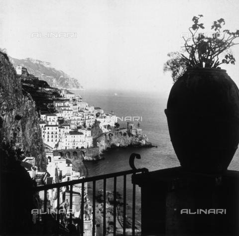"""AVQ-A-000464-0020 - Panorama of Amalfi on the occasion of the """"Regata delle antiche Repubbliche Marinare"""" held in Amalfi in 1957 - Data dello scatto: 1957 - Archivi Alinari, Firenze"""