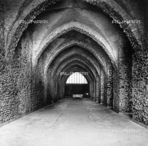 """AVQ-A-000464-0023 - Building in Amalfi with acute barrel vaults photographed on the occasion of the """"Regata delle antiche Repubbliche Marinare"""" held in Amalfi in 1957 - Data dello scatto: 1957 - Archivi Alinari, Firenze"""