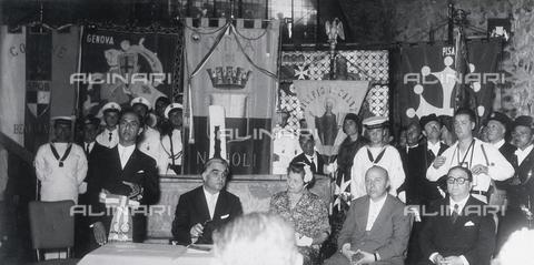 """AVQ-A-000464-0024 - Autorità pubbliche presenti alla """"Regata delle antiche Repubbliche Marinare"""" tenutasi ad Amalfi nel 1957 - Data dello scatto: 1957 - Archivi Alinari, Firenze"""