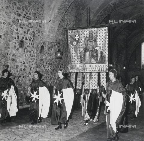 """AVQ-A-000464-0032 - People in costume representing the city of Amalfi at the """"Regata delle antiche Repubbliche Marinare"""" held in Amalfi in 1957 - Data dello scatto: 1957 - Archivi Alinari, Firenze"""