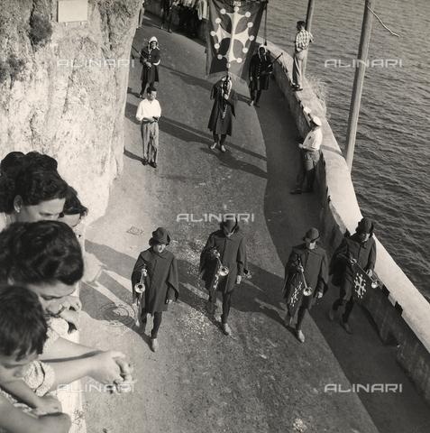 """AVQ-A-000464-0046 - A part of the historic parade on the occasion of the """"Regata delle antiche Repubbliche Marinare"""" held in Amalfi in 1957 - Data dello scatto: 1957 - Archivi Alinari, Firenze"""