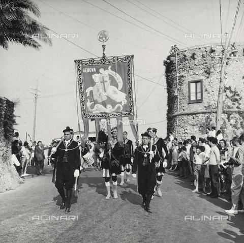"""AVQ-A-000464-0047 - A part of the historic parade on the occasion of the """"Regata delle antiche Repubbliche Marinare"""" held in Amalfi in 1957 - Data dello scatto: 1957 - Archivi Alinari, Firenze"""
