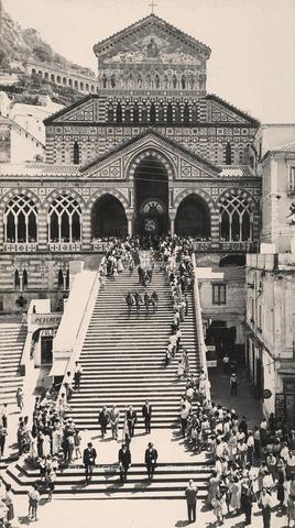 """AVQ-A-000464-0053 - Una parte del corteo storico sfila sulla scalinata antistante il Duomo di Amalfi in occasione della """"Regata delle antiche Repubbliche Marinare"""" del 1957 - Data dello scatto: 1957 - Archivi Alinari, Firenze"""