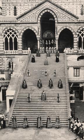 """AVQ-A-000464-0054 - Una parte del corteo storico sfila sulla scalinata antistante il Duomo di Amalfi in occasione della """"Regata delle antiche Repubbliche Marinare"""" del 1957 - Data dello scatto: 1957 - Archivi Alinari, Firenze"""