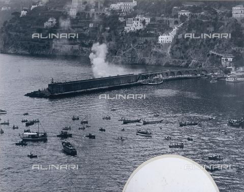 """AVQ-A-000464-0057 - A moment during the """"Regata delle antiche Repubbliche Marinare"""" held in Amalfi in 1957 - Data dello scatto: 1957 - Archivi Alinari, Firenze"""