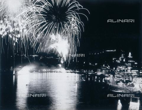 """AVQ-A-000464-0068 - Fireworks at the end of the """"Regata delle antiche Repubbliche Marinare"""" held in Amalfi - Data dello scatto: 1957 - Archivi Alinari, Firenze"""