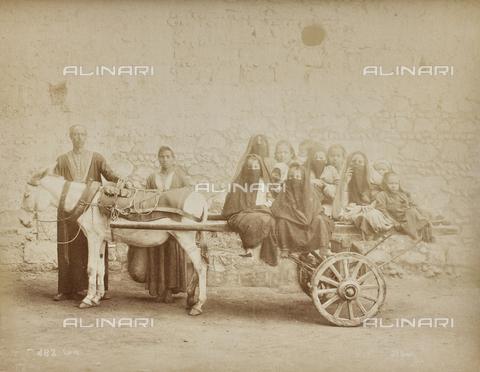 AVQ-A-000523-0004 - Un carretto con bambini, Il Cairo - Data dello scatto: 1880 - 1890 - Raccolte Museali Fratelli Alinari (RMFA), Firenze
