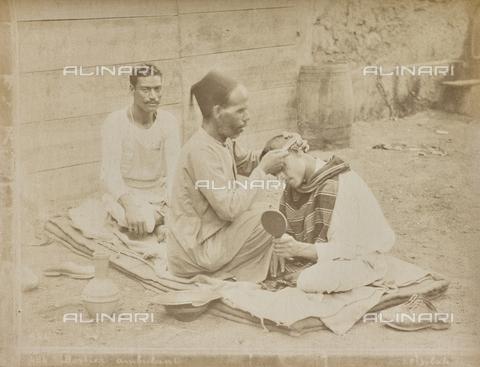 AVQ-A-000523-0011 - Barbiere arabo, Egitto - Data dello scatto: 1880 - 1890 - Raccolte Museali Fratelli Alinari (RMFA), Firenze