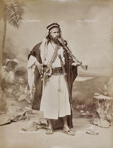 AVQ-A-000523-0014 - Un arabo con una pipa da cerimonia, Egitto - Data dello scatto: 1880 - 1890 - Raccolte Museali Fratelli Alinari (RMFA), Firenze