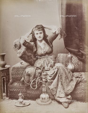 AVQ-A-000523-0022 - Ritratto di donna turca in costume tradizionale - Data dello scatto: 1880 - 1890 - Raccolte Museali Fratelli Alinari (RMFA), Firenze