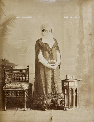 AVQ-A-000523-0023 - Ritratto di donna turca in costume tradizionale - Data dello scatto: 1880 - 1890 - Raccolte Museali Fratelli Alinari (RMFA), Firenze