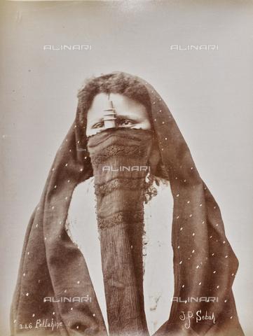 AVQ-A-000523-0024 - Ritratto di donna fellah in costume tradizionale - Data dello scatto: 1880 - 1890 - Raccolte Museali Fratelli Alinari (RMFA), Firenze