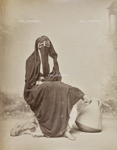 AVQ-A-000523-0025 - Ritratto di donna fellah in costume tradizionale con un contenitore per l'acqua - Data dello scatto: 1880 - 1890 - Raccolte Museali Fratelli Alinari (RMFA), Firenze