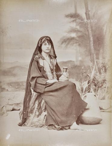 AVQ-A-000523-0026 - Ritratto di giovane donna fellah in costume tradizionale - Data dello scatto: 1880 - 1890 - Raccolte Museali Fratelli Alinari (RMFA), Firenze