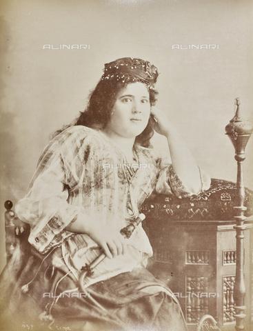 AVQ-A-000523-0030 - Ritratto di donna turca - Data dello scatto: 1880 - 1890 - Raccolte Museali Fratelli Alinari (RMFA), Firenze