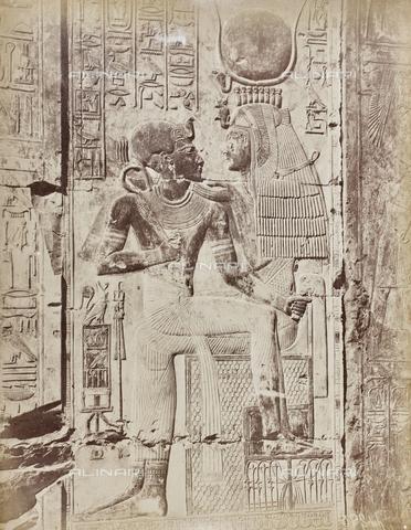 AVQ-A-000523-0056 - Il faraone sulle ginocchia di una divinità, rilievo, Tempio di Sethi, Abido, Egitto - Data dello scatto: 1880 - 1890 - Raccolte Museali Fratelli Alinari (RMFA), Firenze