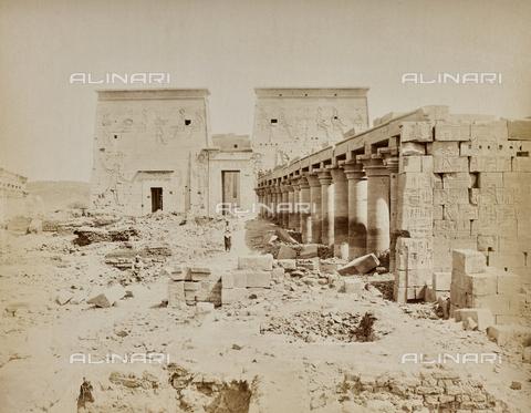 AVQ-A-000523-0066 - Ingresso del grande tempio di Iside a Philae, Egitto - Data dello scatto: 1880 - 1890 - Raccolte Museali Fratelli Alinari (RMFA), Firenze