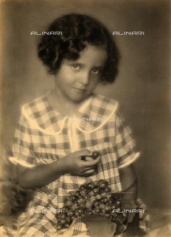 """AVQ-A-000762-0002 - Dall'album """"Mariolina""""; ritratto di bambina con uva - Data dello scatto: 1930 ca. - Archivi Alinari, Firenze"""