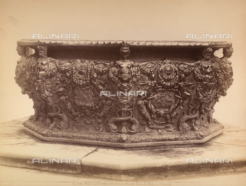 AVQ-A-000792-0005 - Bronze well curb, by Niccolò dei Conti, located in the courtyard of the Palazzo Ducale, in Venice - Data dello scatto: 1870 ca. - Archivi Alinari, Firenze