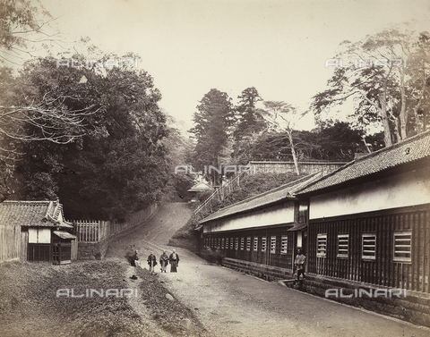 AVQ-A-000887-0020 - Samurai in front of the Satsuma palace in Edo, now Tokyo, Japan - Data dello scatto: 1863-1877 - Archivi Alinari, Firenze