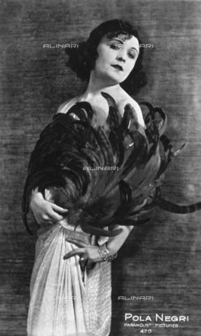 AVQ-A-000938-0055 - Ritratto a tre quarti di figura della celebre attrice cinematografica Pola Negri - Data dello scatto: 1920-1930 ca. - Verchi Marialieta Collezione / Archivi Alinari, Firenze