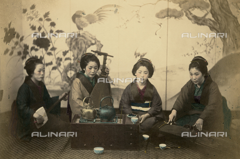 AVQ-A-000994-0019 - Japanese women with musical instruments - Data dello scatto: 1863-1877 - Archivi Alinari, Firenze