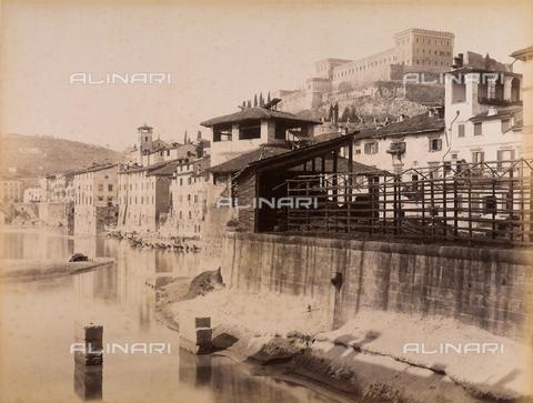 AVQ-A-001033-0030 - La riva del fiume Adige con il Castello San Felice, Verona - Data dello scatto: 1870-1880 ca. - Archivi Alinari, Firenze