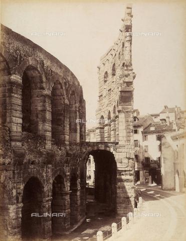 AVQ-A-001033-0038 - Particolare della muratura con archi dell'Arena di Verona - Data dello scatto: 1870-1880 ca. - Archivi Alinari, Firenze