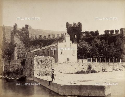 AVQ-A-001033-0048 - Le mura del castello di Malcesine sul Lago di Garda - Data dello scatto: 1870-1880 - Archivi Alinari, Firenze