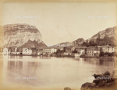 AVQ-A-001033-0050 - Un paese sulle rive del lago di Garda - Data dello scatto: 1870-1880 - Archivi Alinari, Firenze