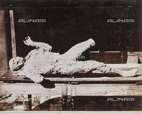 "AVQ-A-001108-0020 - Album ""Italia"": Cast of a victim of the eruption of Vesuvius in AD 79 discovered in the excavations of Pompeii - Data dello scatto: 1880-1890 - Archivi Alinari, Firenze"