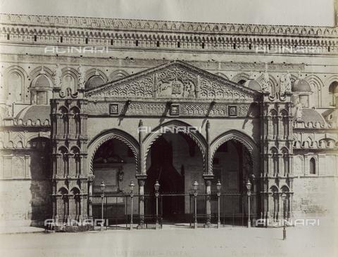 AVQ-A-001141-0067 - Veduta del portico sul lato meridionale della Cattedrale di Palermo - Data dello scatto: 1860-1870 ca. - Raccolte Museali Fratelli Alinari (RMFA), Firenze