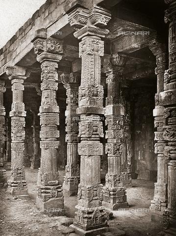 AVQ-A-001311-0005 - Colonnato della Moschea di Quwwat-ul-Islam nel complesso del Qutb Minar a Delhi - Data dello scatto: 1875 - Archivi Alinari, Firenze