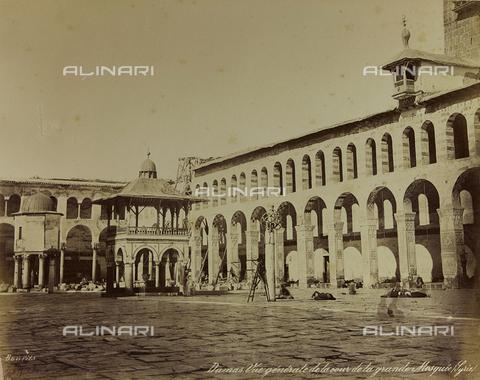 """AVQ-A-001581-0003 - Album """"Damas et Baalbek"""": Cortile della Grande Moschea Omayyade a Damasco - Data dello scatto: 1880 ca. - Archivi Alinari, Firenze"""
