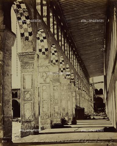"""AVQ-A-001581-0004 - Album """"Damas et Baalbek"""": Colonnato della Grande Moschea Omayyade a Damasco - Data dello scatto: 1880 ca. - Archivi Alinari, Firenze"""