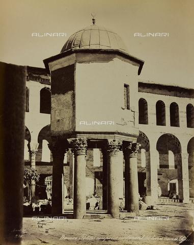 "AVQ-A-001581-0006 - Album "" Damas et Baalbek "": Dome of the Treasury in the courtyard of the Great Umayyad Mosque in Damascus - Data dello scatto: 1880 ca. - Archivi Alinari, Firenze"